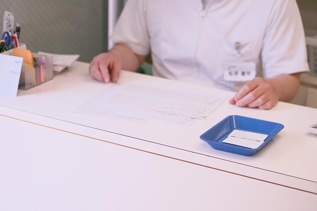 受付で歯科初診時の費用を支払うイメージ図