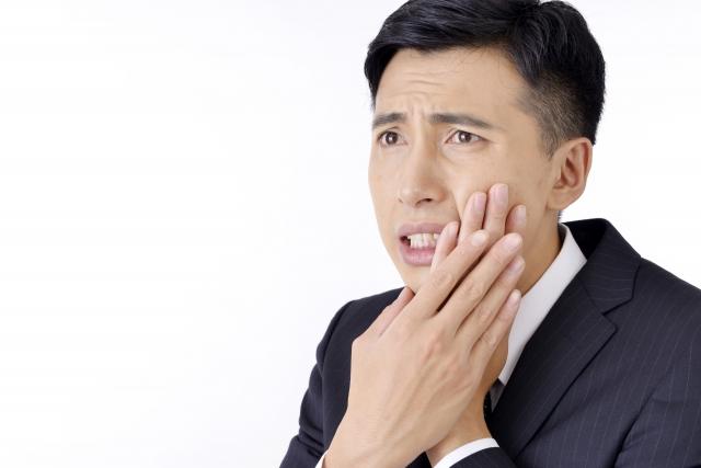 抜歯後鼻に水が抜けることに困っている男性