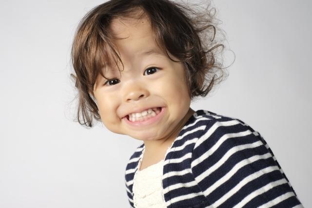 子供の歯の外傷、折れた時に注意すべきことの説明のモデルの子供