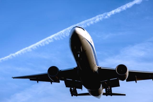 飛行機と歯痛の関連性についての説明のイメージの飛行機