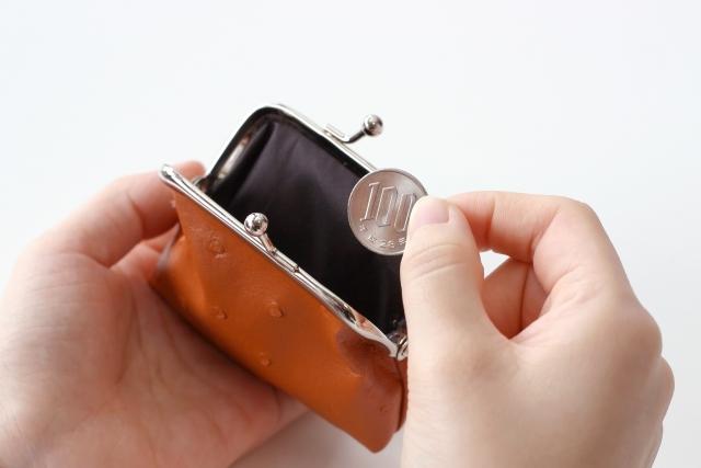 親知らずをはじめとした歯の種類別の抜歯の費用のお金をお財布から出しているイメージ図