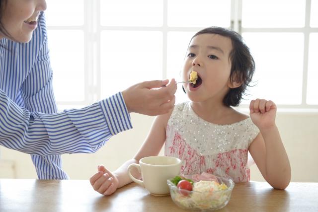 子供の食後のフロスの有効性を示すイメージ図