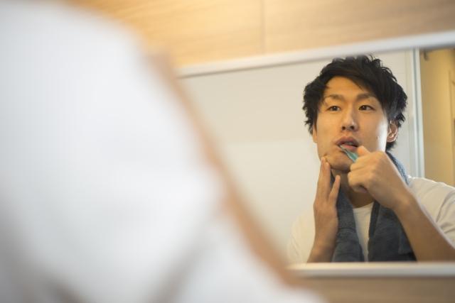 歯周病を気にする歯磨き男性