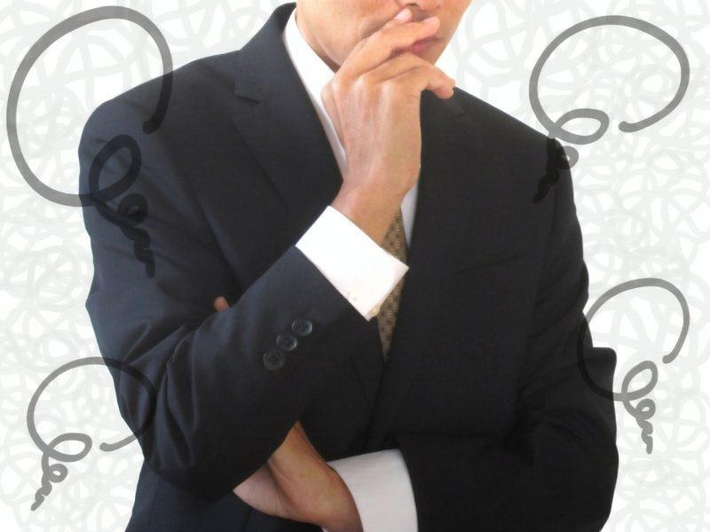 インプラントを行うべきかどうか考えている男性