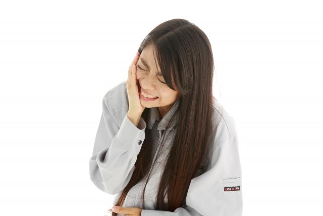 知覚過敏で歯が痛む女性