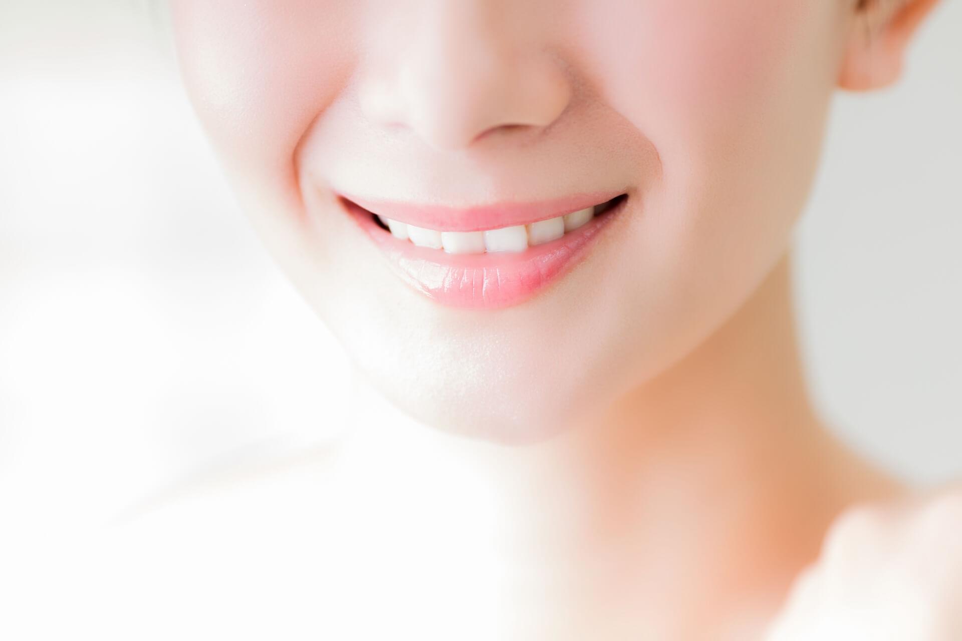 顎の骨の手術で歯並びがきれいになるイメージ図